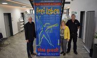 Auch Bürgermeister Johann Börgmann und Polizeikommissar Eilert Buhr von der Polizeistation Ihlow unterstützen die Aktion der Gleichstellungsbeauftragten Gerda Janssen zum Tag gegen Gewalt an Frauen.