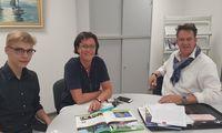 Azubi Niko Buß und Ausbildungsleiterin Stephanie Ubben besprechen mit Marco Eshuis den Ablauf der Anzeigenakquise