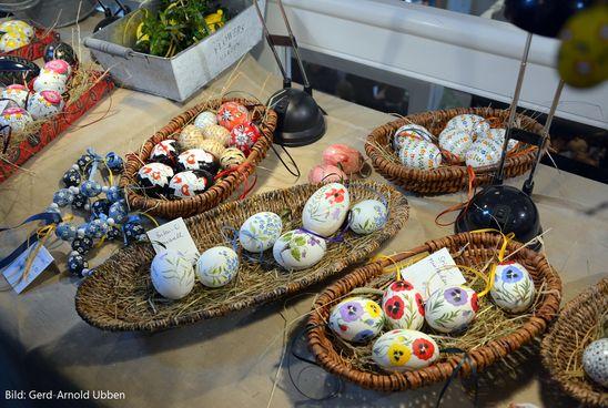 Auf dem Schneeglöckchenmarkt wirdKunsthandwerk mit den faszinierenden Frühblühern angeboten