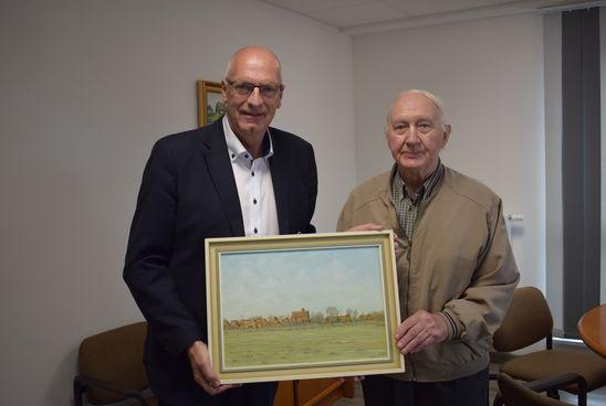 Bürgermeister Johann Börgmann (links) und Wilhelm Badberg mit dem Kunstwerk