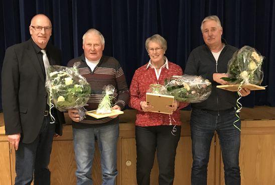 Bürgermeister Johann Börgmann mit den scheidenden Wahlhelfern Jann de Witte, Anne Hinrichs und Wolfgang Janßen