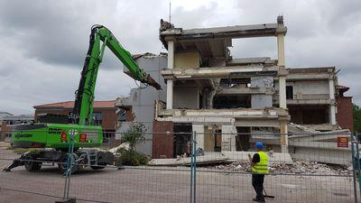 Mit schwerem Gerät wird das alte Rathausgebäude abgebrochen