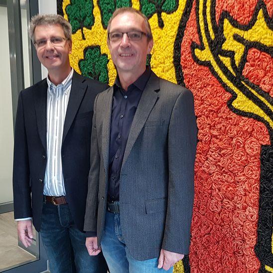 Martin Hepp (rechts im Bild) und sein Nachfolger Ulrich Kubatschek.