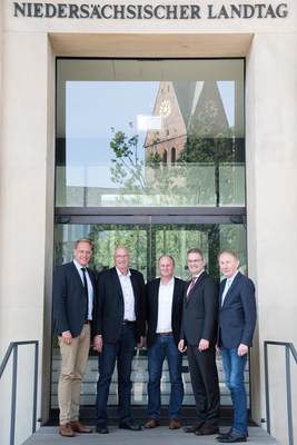 Unser Bild zeigt (v. l.) MdL Wiard Siebels, Ihlows Bürgermeister Johann Börgmann und Kämmerer Harm Ubben, Staatssekretär Manke und Landrat Harm-Uwe Weber