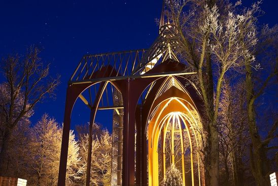Höhepunkt in der Adventszeit: die beleuchtete Imagination der Klosterkirche im Ihlower Forst