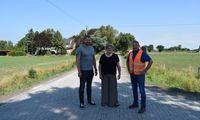 v.l.n.r.: Bauamtsmitarbeiter Tammo Vüst, Bauamtsleiterin Annette Lang, Herr Campen (Firma Stührenberg)