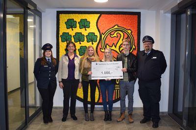 Die Vertreter der Feuerwehr und die Azubis der Gemeinde bei der Spendenübergabe