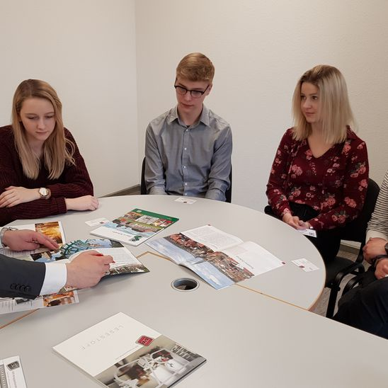 Im Gespräch mit Verlagsrepräsentant Nils Bauer stellte die Gruppe ihren Layoutvorschlag vor